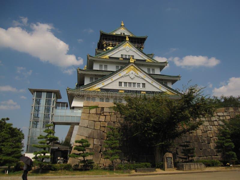 Vista na torre e na parede principais de Osaka Castle fotografia de stock