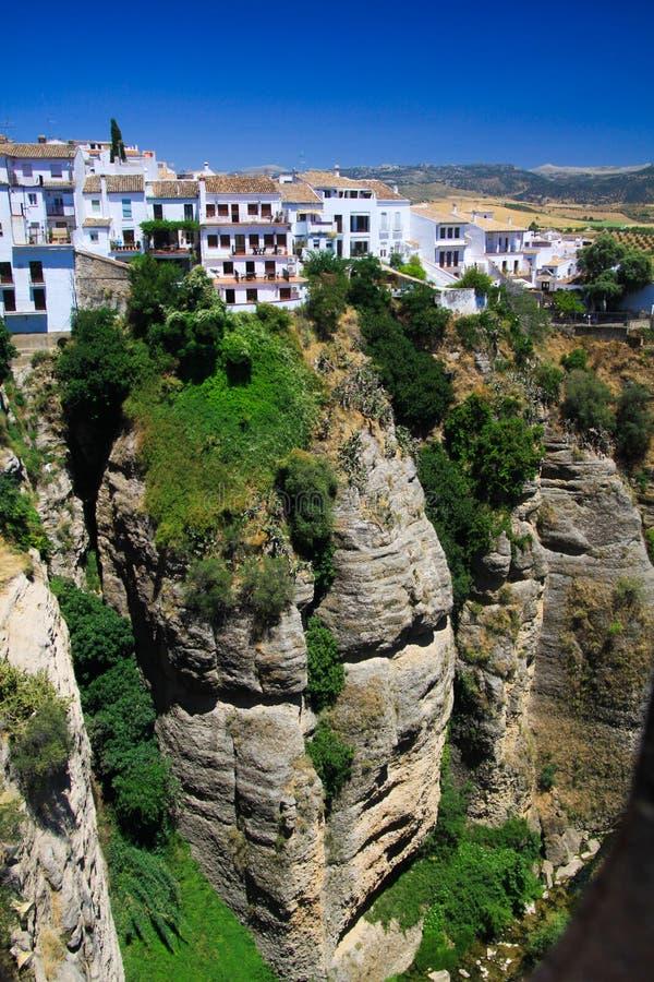 Vista na vila antiga Ronda situado precariamente perto da borda de um penhasco na Andaluzia, Espanha foto de stock royalty free