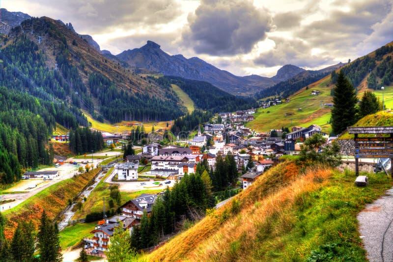 Vista na vila de Arabba e no Passo Pordoi, dolomites, Itália imagem de stock