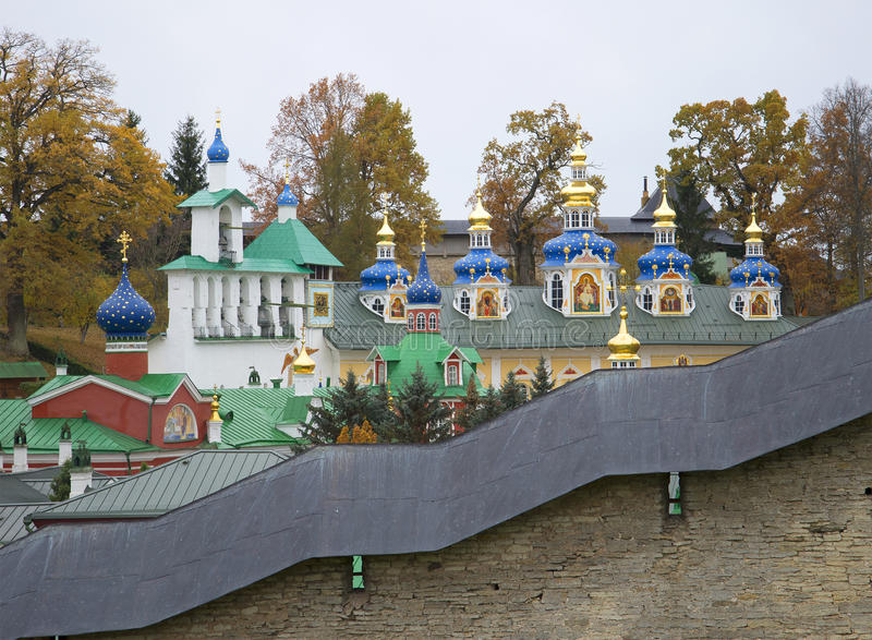 Vista nas abóbadas do monastério santamente velho de Dormition Pskovo-Pechersky em um dia do outono Região de Pskov fotografia de stock royalty free
