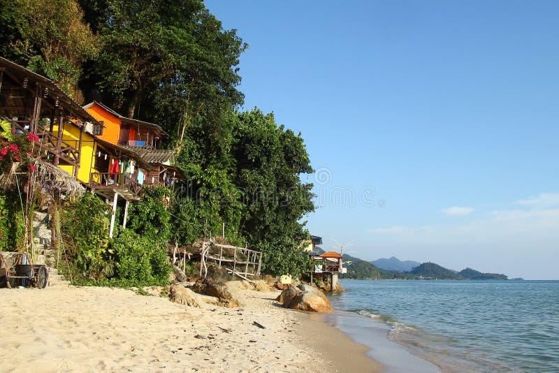 Vista nas casas de madeira pequenas coloridas nas rochas pr?ximo ao mar entre selvas em um fundo da floresta ?mida fotografia de stock