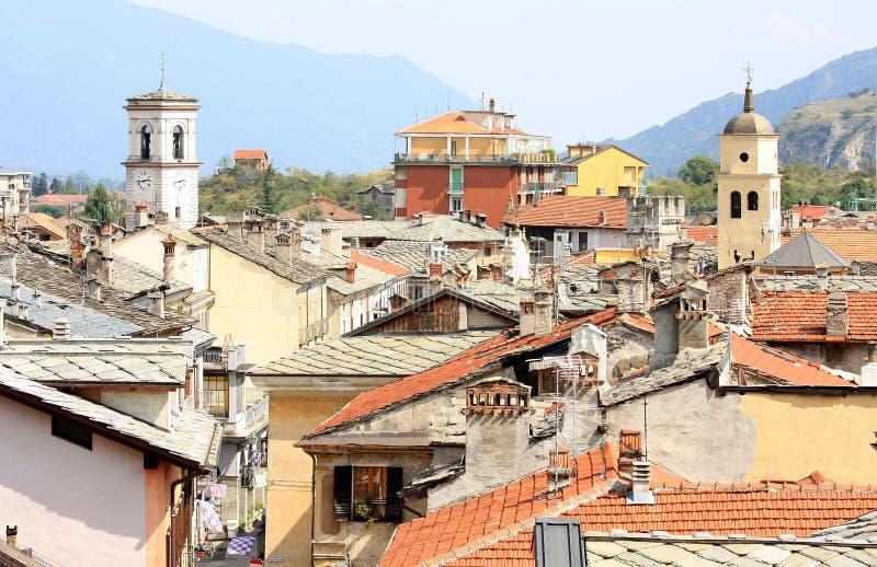 Vista nas casas e nas torres de igreja velhas, Susa imagens de stock royalty free