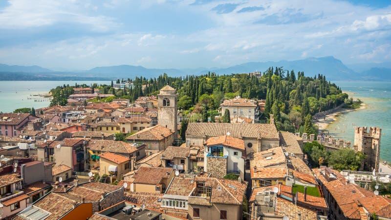 Vista nas construções na vila de Sirmione pelo lago Garda em Itália imagem de stock royalty free