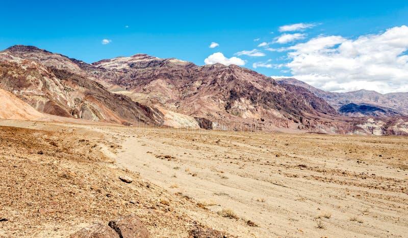 Vista nas montanhas com pico da pirâmide imagens de stock royalty free