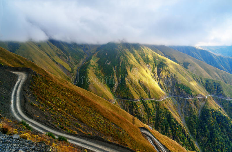 Vista nas montanhas de Cáucaso Estrada a Omalo na região de Tusheti geórgia fotos de stock royalty free