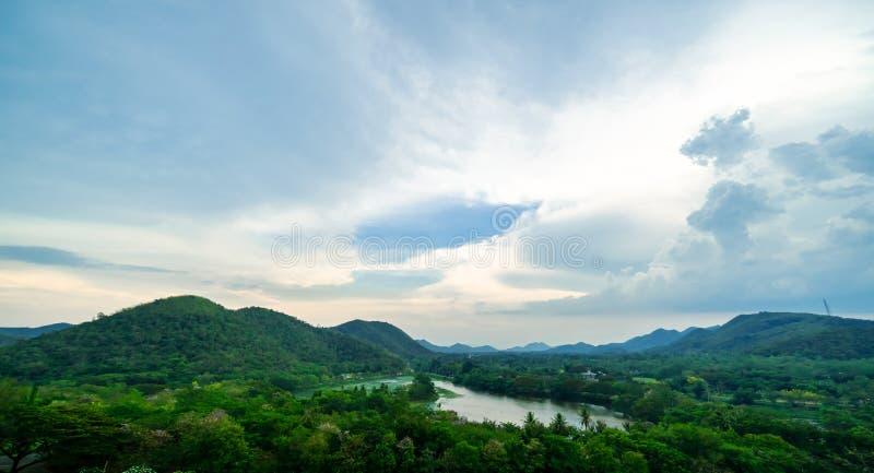 Vista natural e céu e muitas nuvens brancas foto de stock royalty free
