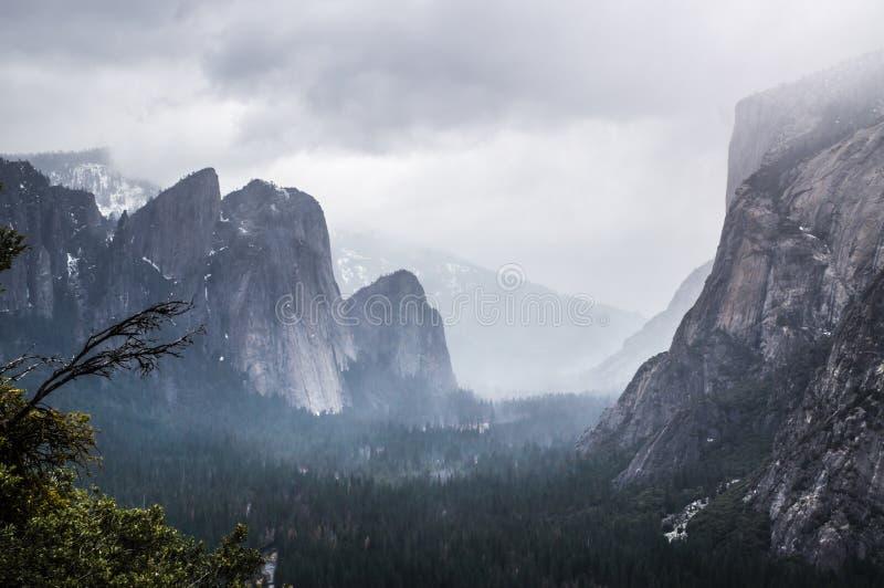 Vista nebbiosa della valle del Yosemite immagini stock libere da diritti