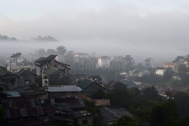 Vista nebbiosa di paesaggio urbano di mattina immagini stock