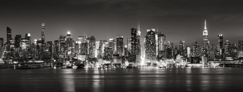 Vista negra y blanca panorámica de los rascacielos del oeste del Midtown en la noche Manhattan, New York City foto de archivo libre de regalías