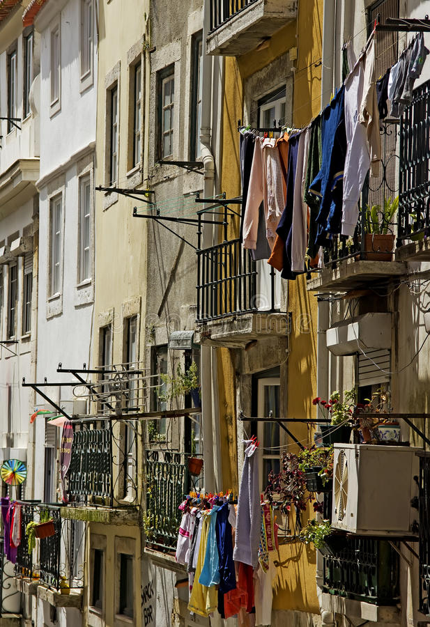 Vista nel alfama, Lisbona della via fotografie stock libere da diritti