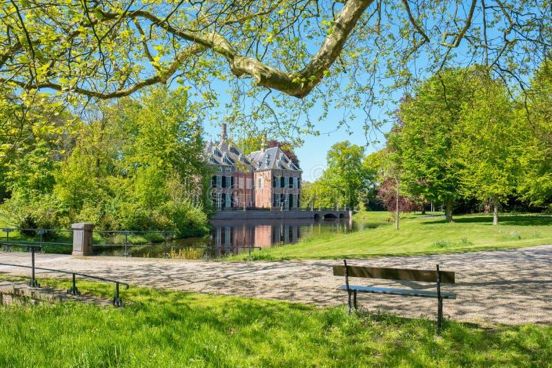 Vista nella proprietà Duivenvoorde con il castello Duivenvoorden immagini stock libere da diritti