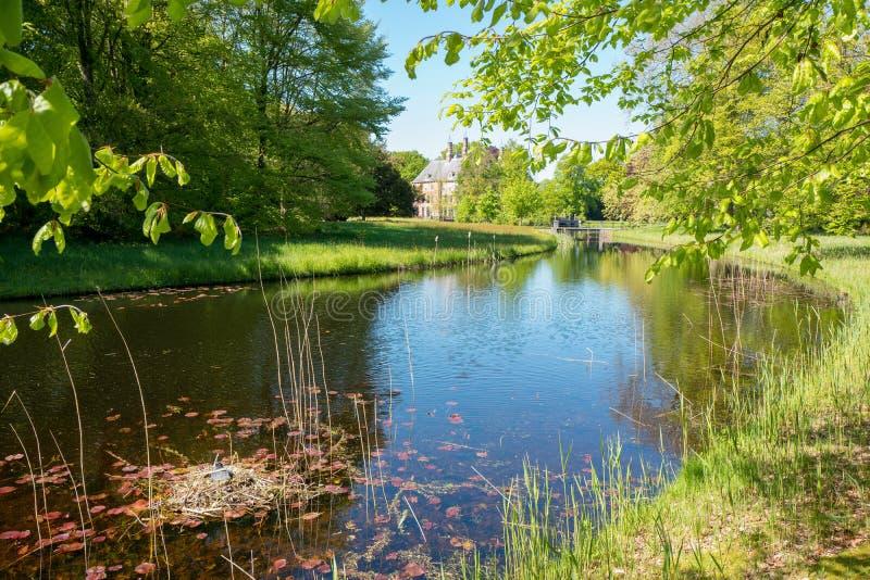 Vista nella proprietà Duivenvoorde con il castello Duivenvoorden fotografia stock