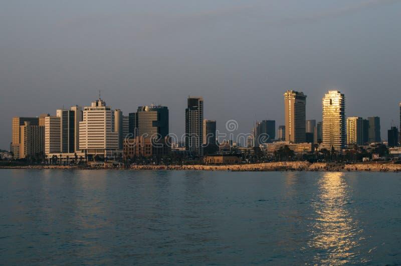 Vista nella sera di Tel Aviv moderno, di Israele e del mare fotografie stock libere da diritti