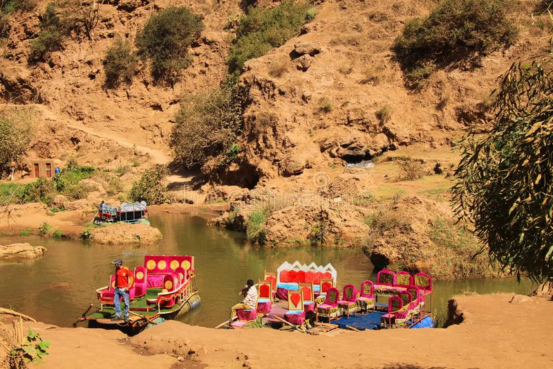 Vista nella valle di Ourika con le zattere variopinte, montagne e Green River rosso - il Marocco fotografia stock