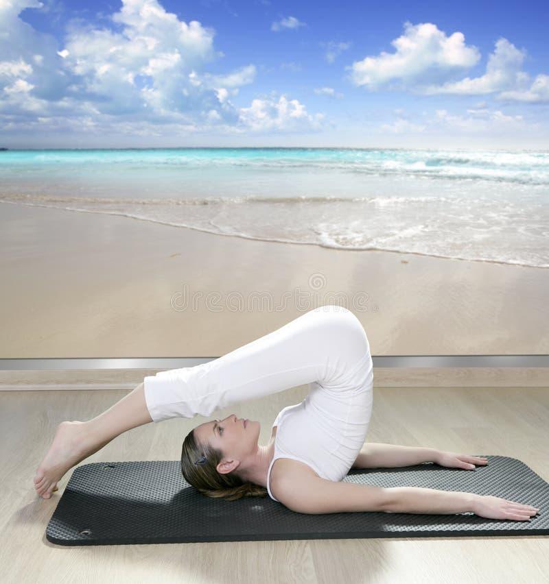 Vista nera della finestra della donna di yoga della stuoia della spiaggia tropicale immagine stock libera da diritti