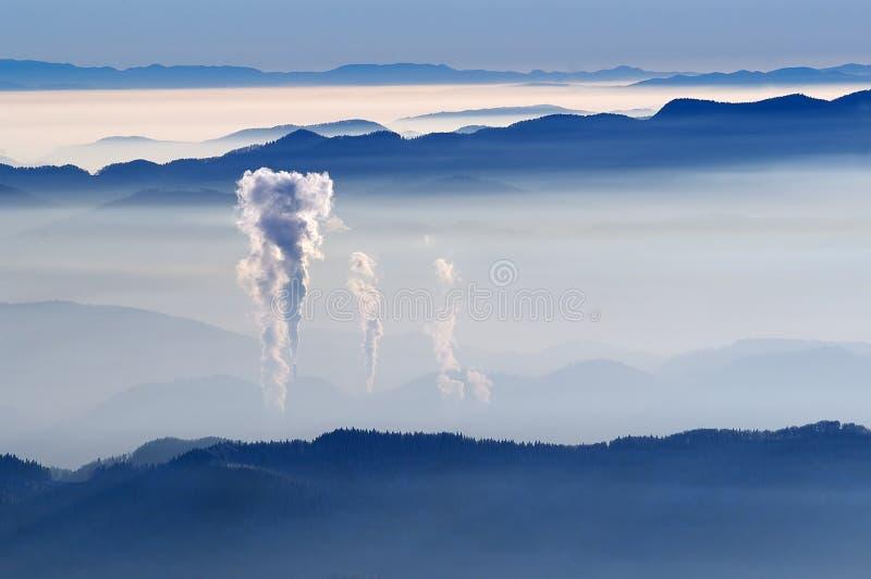 Vista nevoenta das montanhas fotografia de stock royalty free