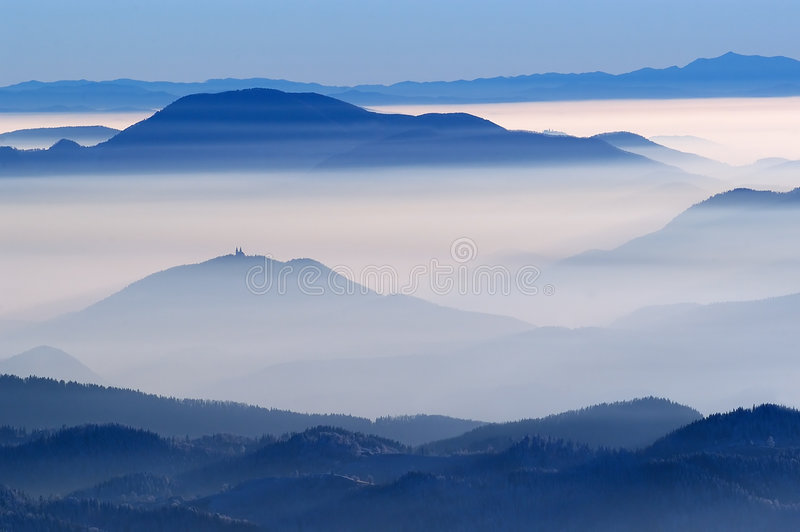 Vista nevoenta das montanhas foto de stock