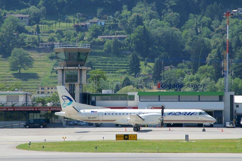 Vista no aeroporto de Lugano-Agno em um dia ensolarado imagens de stock