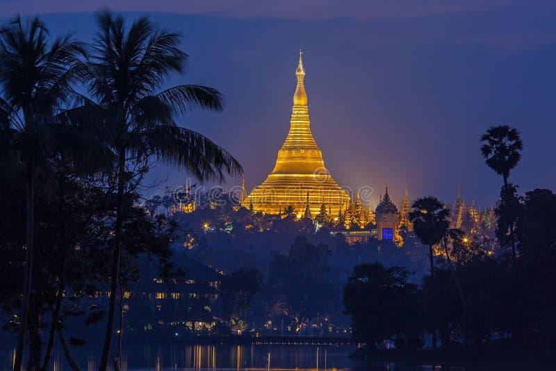 Vista no alvorecer do pagode de Shwedagon imagens de stock