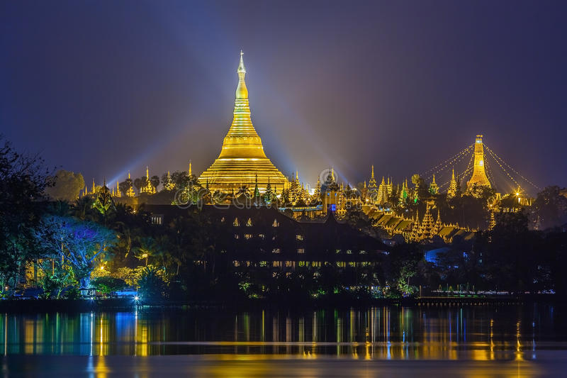 Vista no alvorecer do pagode de Shwedagon fotos de stock