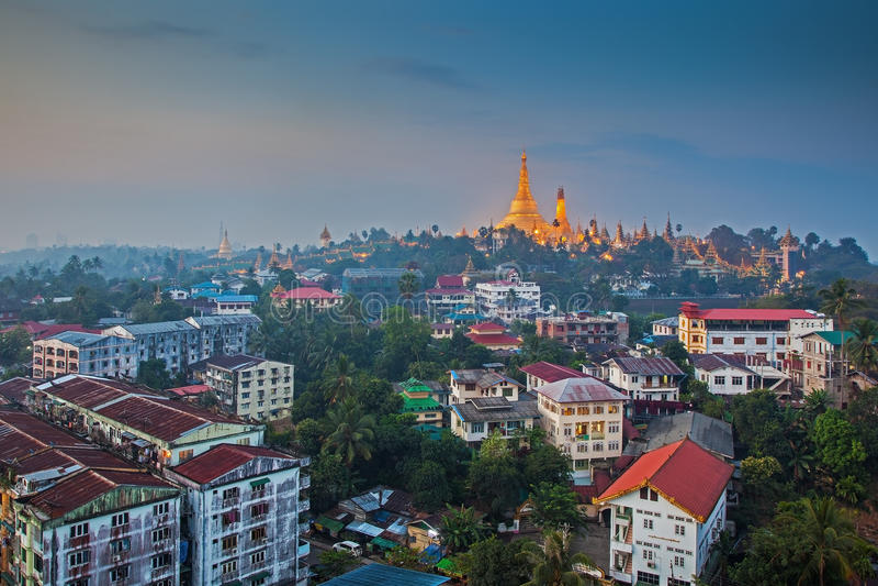 Vista no alvorecer do pagode de Shwedagon imagem de stock