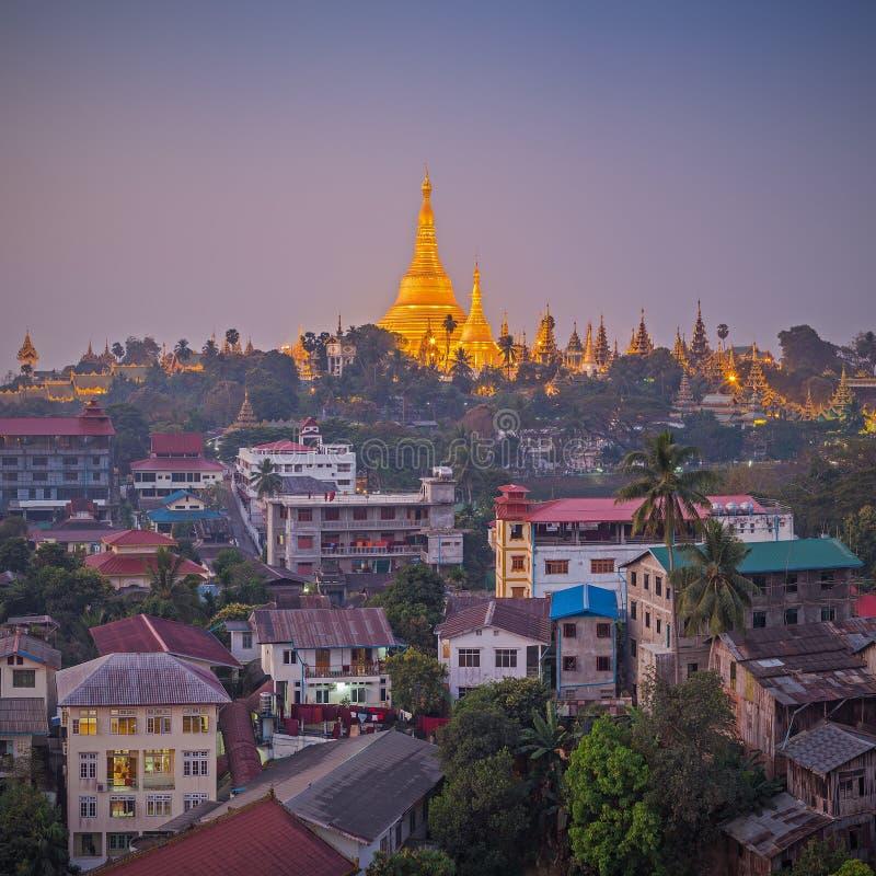 Vista no alvorecer do pagode de Shwedagon imagem de stock royalty free