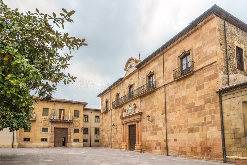 Vista no arcebispo Office em Oviedo - Espanha imagem de stock royalty free