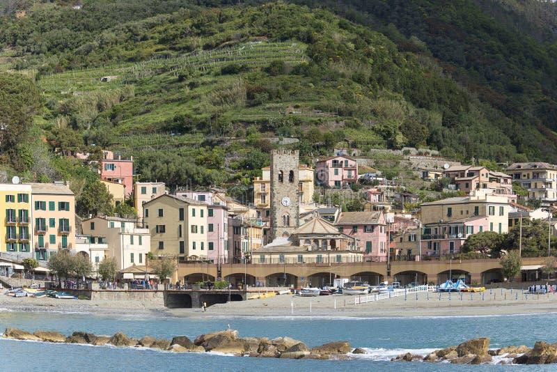 Vista no beira-mar e em casas típicas na vila pequena, Monterosso, Cinque Terre, Itália imagens de stock royalty free
