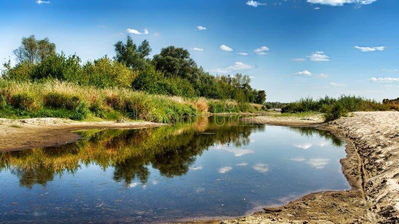 Vista no beira-rio selvagem de Vistula em Jozefow perto de Vars?via no Pol?nia foto de stock royalty free