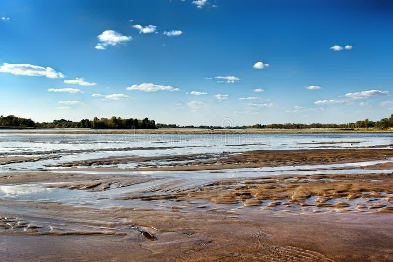 Vista no beira-rio selvagem de Vistula em Jozefow perto de Vars?via no Pol?nia fotos de stock