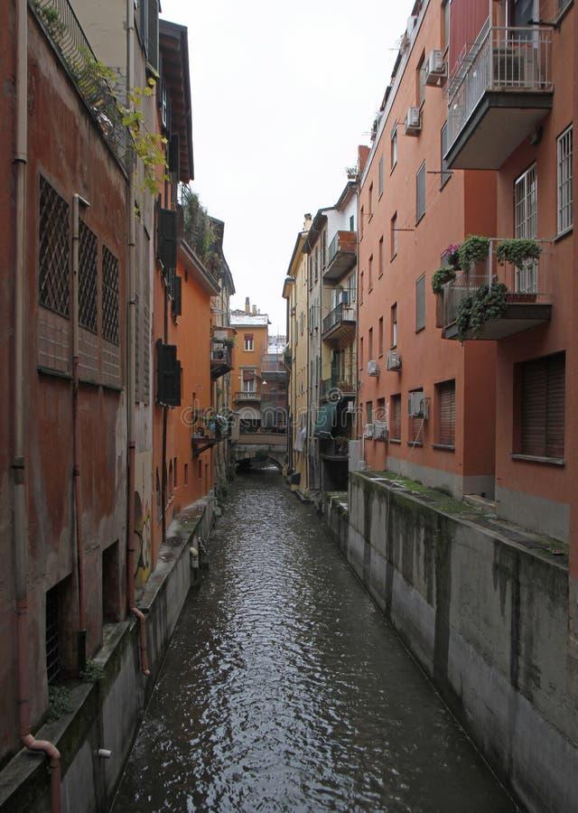 Vista no canal de água escondido na Bolonha imagem de stock royalty free