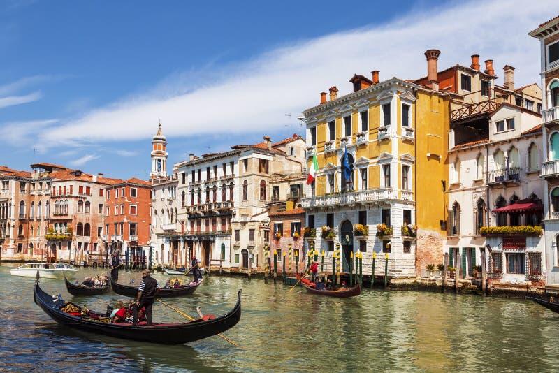Vista no canal grande e nas gôndola com turistas, Veneza, fotografia de stock royalty free