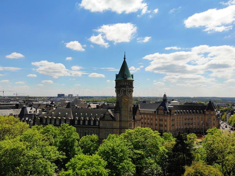 Vista no castelo de cima de Crie pelo zangão, na cidade de Luxemburgo, a capital de Luxemburgo pequeno, mas tão surpreendente imagem de stock