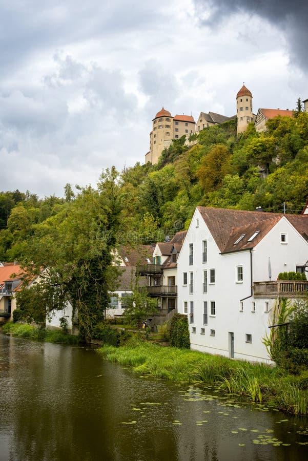Vista no castelo de Harburg da ponte sobre o rio de Wornitz na cidade de Harburg em Baviera, Alemanha foto de stock