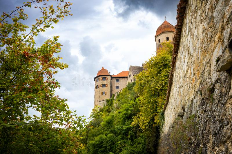 Vista no castelo de Harburg da ponte sobre o rio de Wornitz na cidade de Harburg em Baviera, Alemanha fotos de stock royalty free