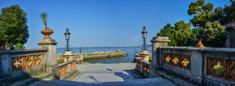 Vista no castelo de Miramare no golfo de Trieste fotografia de stock royalty free