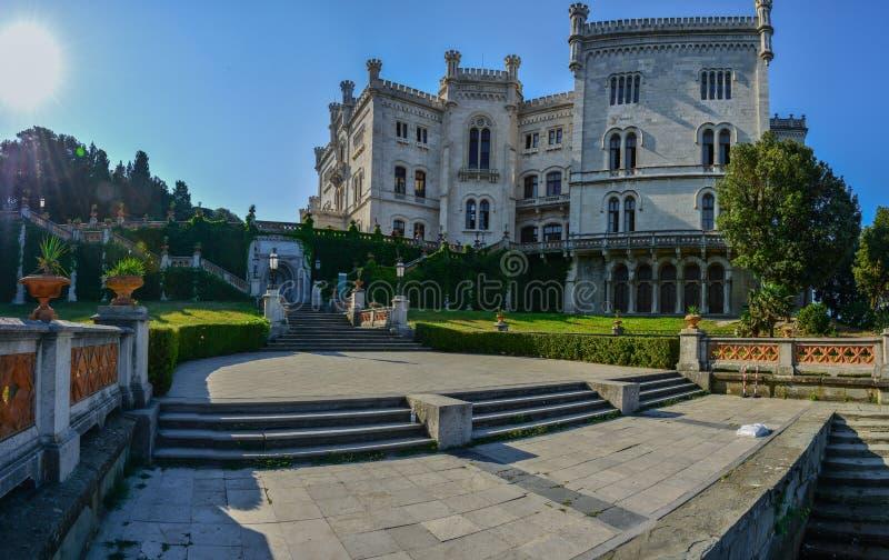 Vista no castelo de Miramare no golfo de Trieste fotos de stock