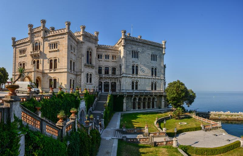 Vista no castelo de Miramare no golfo de Trieste fotos de stock royalty free