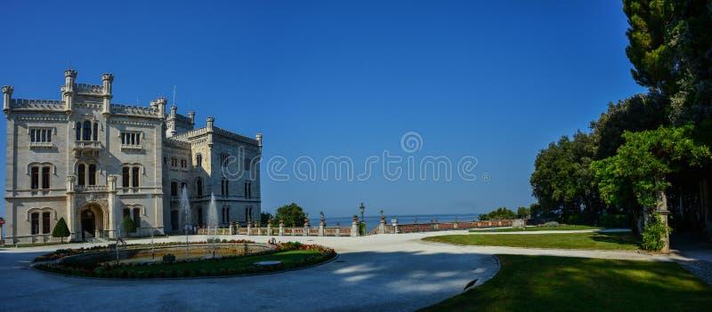 Vista no castelo de Miramare no golfo de Trieste foto de stock royalty free