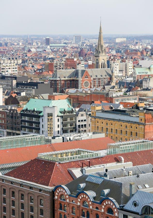 Vista no centro de Antuérpia, Bélgica, com a igreja de Saint fotos de stock royalty free