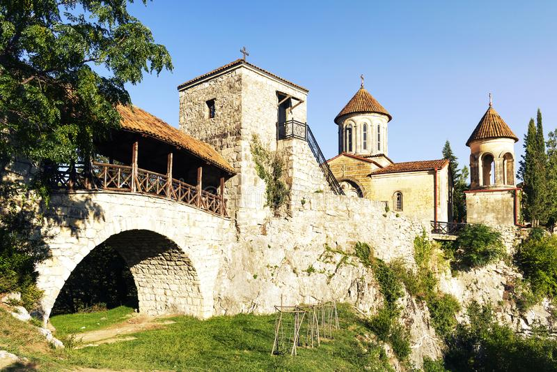 Vista no complexo do monastério de Motsameta sobre o monte alto perto da cidade de Kutaisi no país de Geórgia imagem de stock