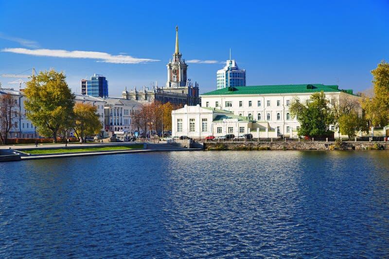 Vista no edifício de salão de cidade em Yekaterinburg fotos de stock royalty free