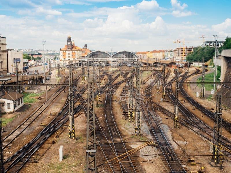 A vista no estação de caminhos-de-ferro principal de Praga com muitas estradas de ferro foto de stock royalty free