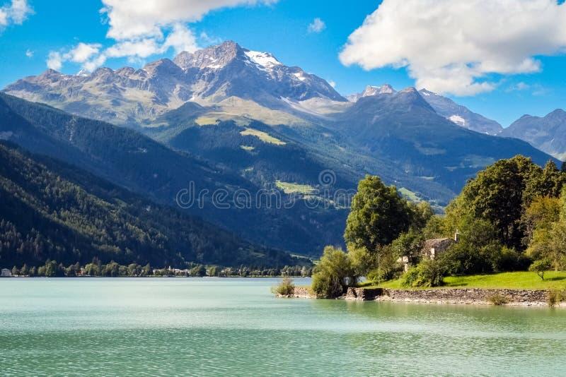 Vista no Lago bonito di Poschiavo Graubunden, Suíça fotos de stock royalty free