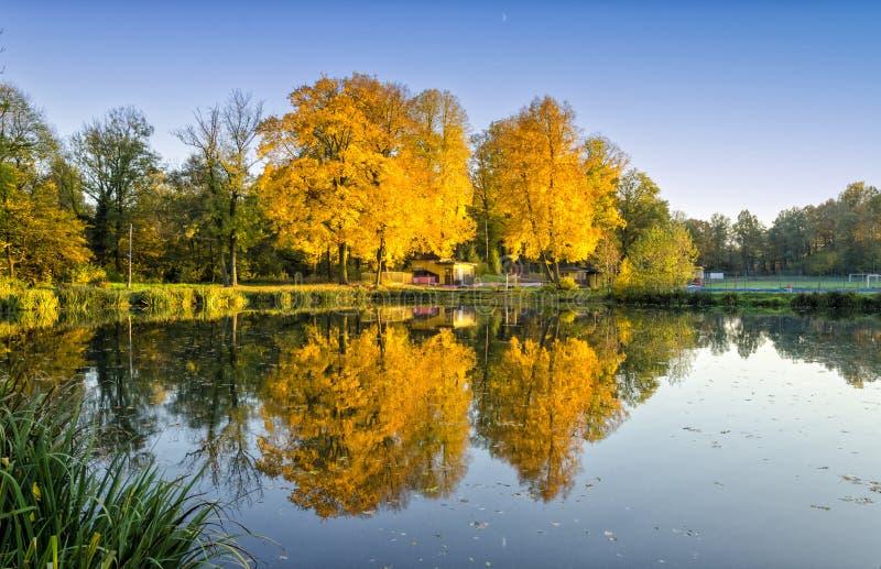 Vista no lago no outono no Polônia imagens de stock royalty free