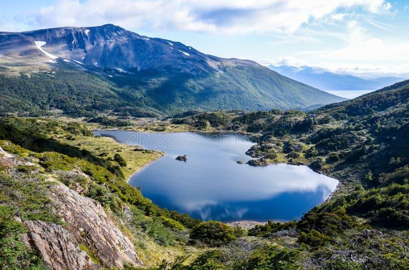 Vista no lago no passeio na montanha do extremo sul no mundo em Dientes de Navarino no Patagonia fotos de stock royalty free