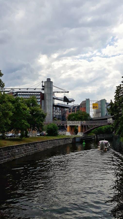 Vista no Landwehrkanal perto da estação Möckermbrücke imagem de stock