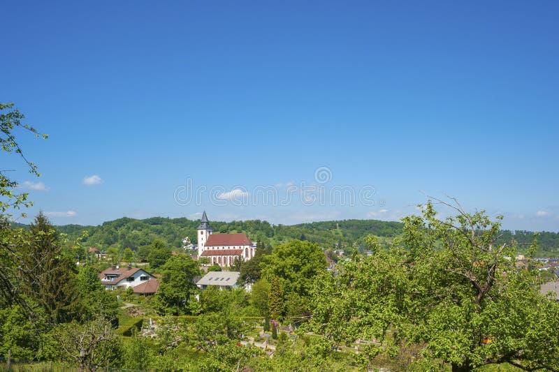 Vista no Liebfrauenkirche em Gernsbach, Floresta Negra, Baden-W fotografia de stock