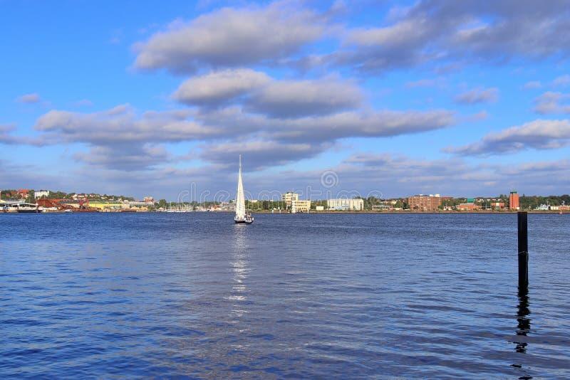 Vista no mar Báltico no porto de Kiel com alguns barcos e navios durante a semana de kiel fotos de stock royalty free