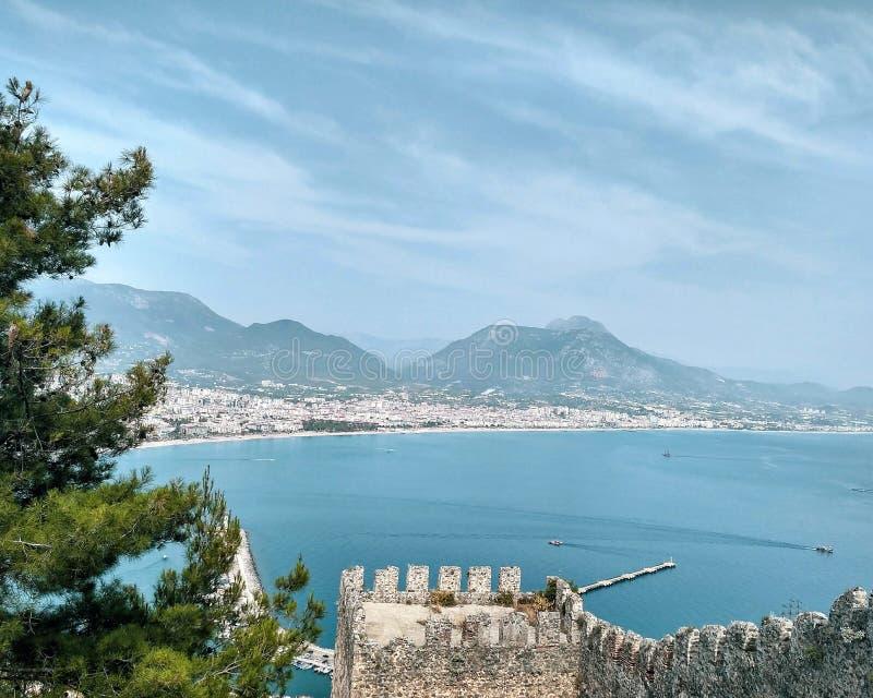 Vista no mar Mediterrâneo com as montanhas do castelo em Turquia, Alanya fotos de stock royalty free